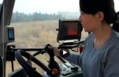 美女体验驾驶动力换挡拖拉机:一点儿都不累